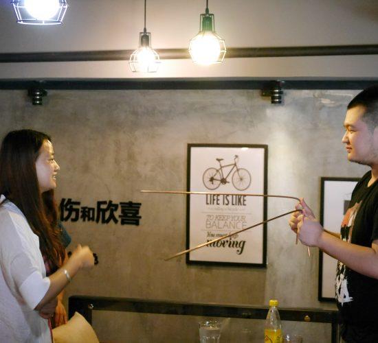 催眠师雷清秀咖啡厅人体钢板催眠术表演