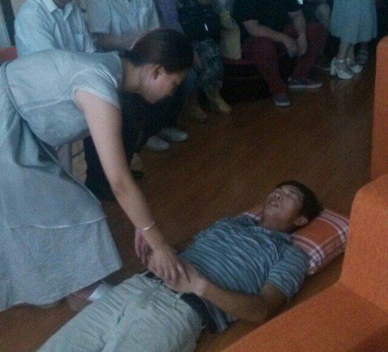武汉实战催眠师俱乐部举办催眠沙龙活动,现场表演人桥